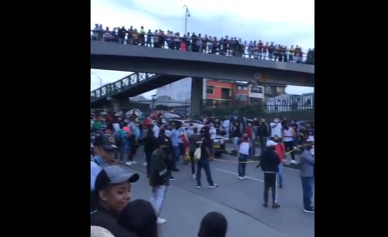 Viaducto de Pereira está atrancado de comerciantes que protestan